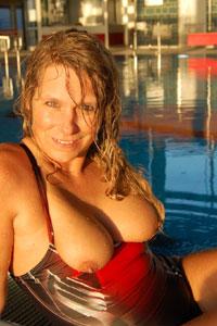 Amateurgirl Susi im Schwimmbad